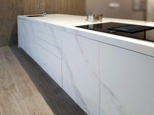 Si buscas luminosidad y elegancia, una encimera porcelánica de estilo mármol en tonos blancos y delicadas vetas más oscuras es la elección más acertada.