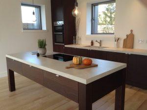 ENCIMERA-PORCELANICA-cocina-moderna-cemento-y-madera-coverlam-top